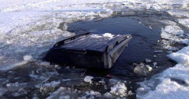 Что делать, если вы провалились под лед вместе с авто, рассказали в МЧС
