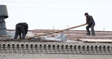 Тюменские силовики проверяют гибель рабочего, упавшего с крыши. ФОТО
