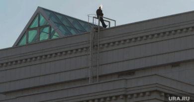 В ХМАО рабочий пытался прыгнуть с крыши из-за несправедливости начальства. ВИДЕО