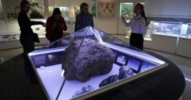 Полтергейст в музее: над челябинским метеоритом сам по себе поднялся купол
